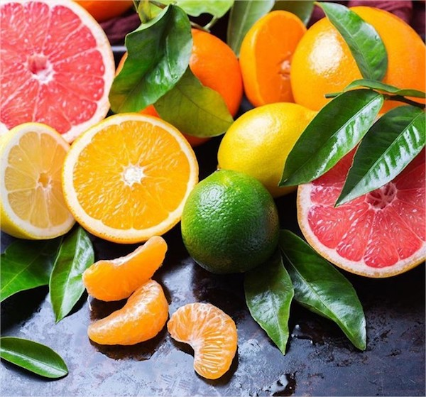 Különféle citrusfélék egymás mellett: narancs, citrom, mandarin, lime és grépfrút.