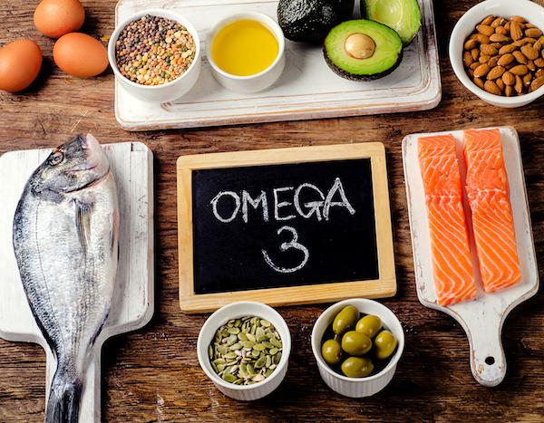 Omega-3 szírsavakban gazdag élelmiszerek: lazac, tengeri halak, tökmag, olívabogyó, tojás, avokádó, mandula.