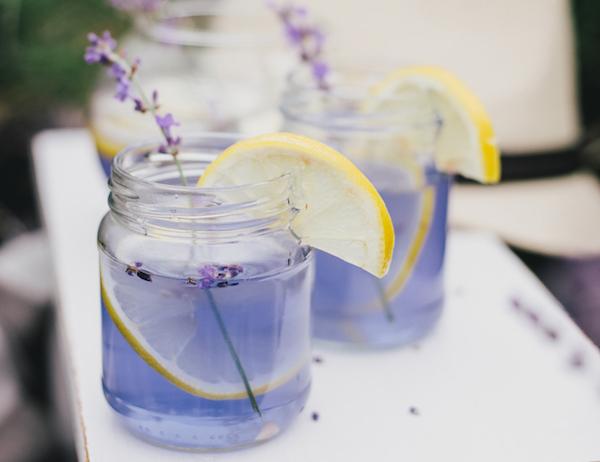 Levendulás limonádé kicsi befőttesüvegben, benne levendulaággal és citromkarikákkal.