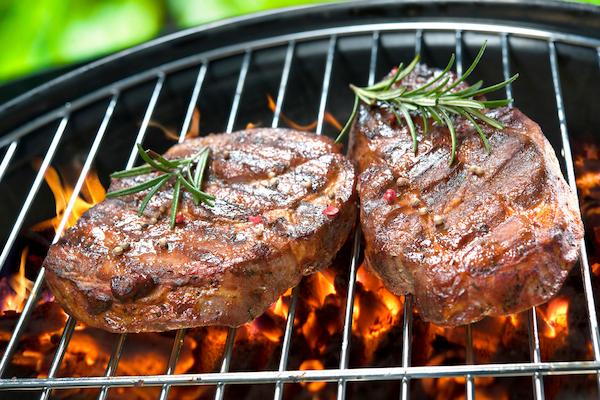 Faszénen grillezett steakszeletek friss rozmaringgal.