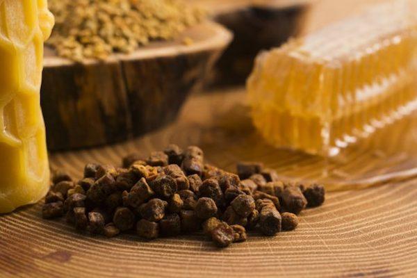 Propolisz az asztalon különféle más, mézből készített terméek mellett.