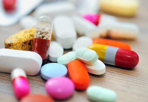 Színes vitaminok, gyógyszerek egy nagy halomban.