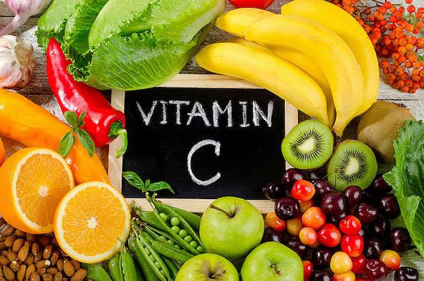 C-vitamint tartalmazó gyümölcsök és zöldségek: narancs, banán, kivi, homoktövis, borsó, meggy. saláta, fokhagyma, alma.