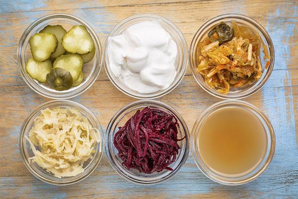 Probiotikumokat tartalmazó természetes anyagok: savanyú képoszta és uborka, joghurt, csalamádé, kombuchatea.