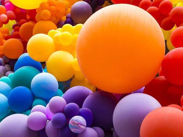 Különféle színek színes gömbökként ábrázolva.
