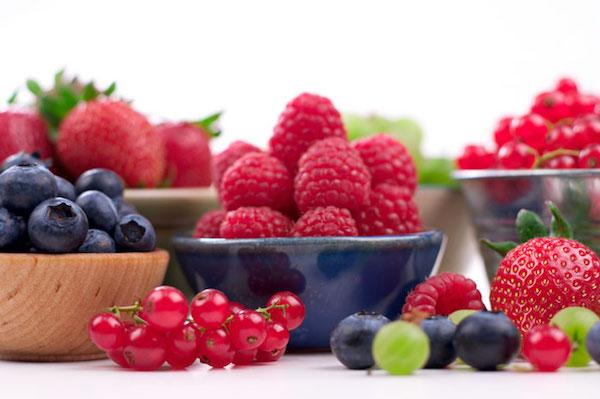 Antociánokat tartlamazó bogyós gyümölcsök: eper, málna, ribizli, áfonya, egres.