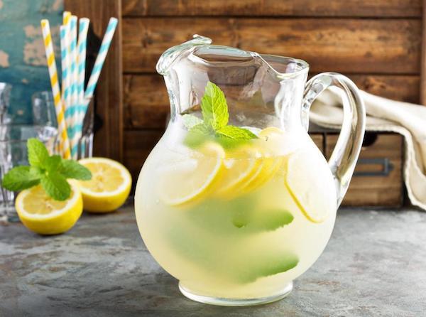 Házi készítésű limonádé citrommal, jéggel, gyógynövényekkel.