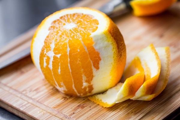 Egy narancs, melynek a feléről lehántották a héját.