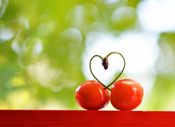 Két cseresznye, melynek összenőtt szárai szívet formáznak.