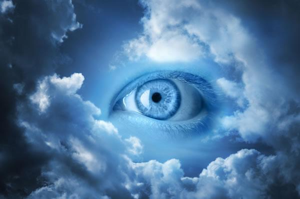 Felhők közül néz ki egy emberi szem.