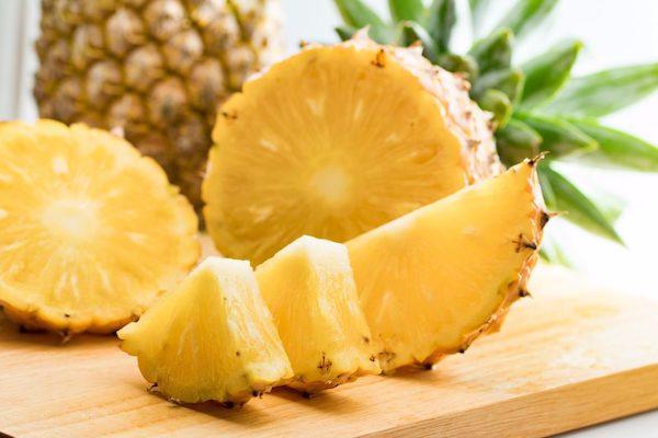 Friss ananász egy része felvágva apró darabkákra.
