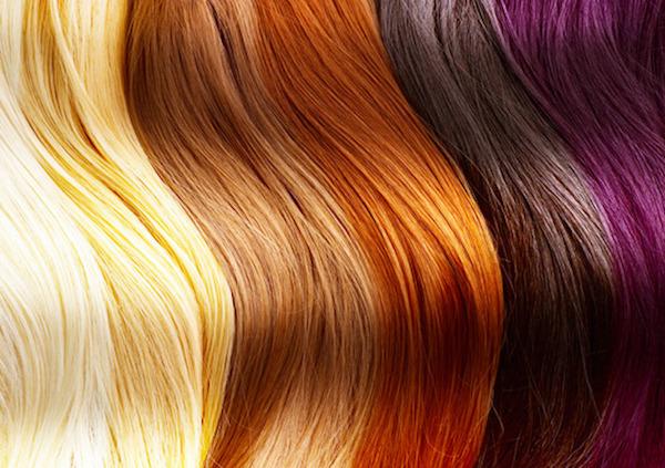 Különféle színű hajtincsek egymás mellett.