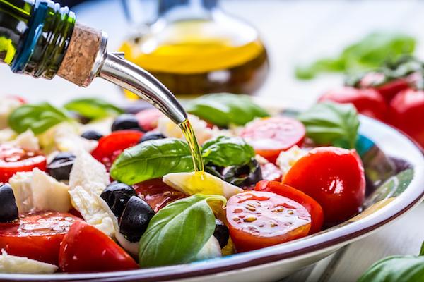 Friss görög saláta olívaolajjal meglocsolva.