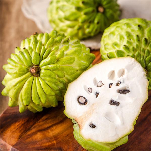 Szourszop gyümölcs egészben és kétfelé vágva.