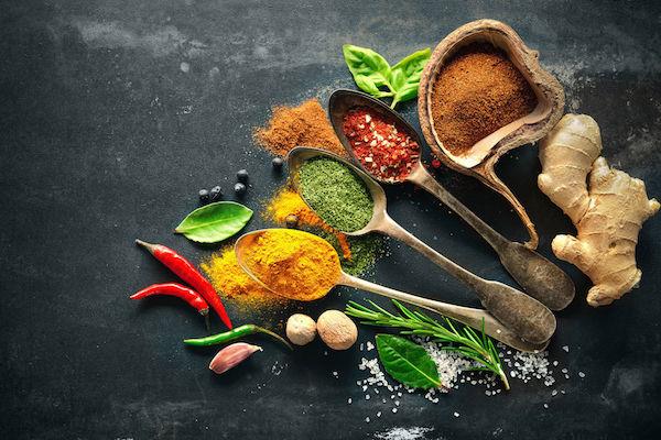 Vércukorszint-csökkentő fűszerek és gyógynövények: Cayenne-bors, kurkuma, fahéj, gyömbér, bazsalikom, rozmaring.