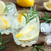 Gyümölcsös és gyógynövényes limonádék a fullasztó nyári napokra