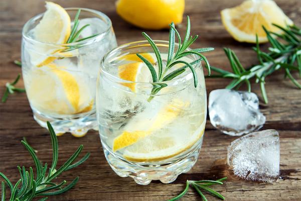 Rozmaringos-citromos limonádé jégkockákkal.