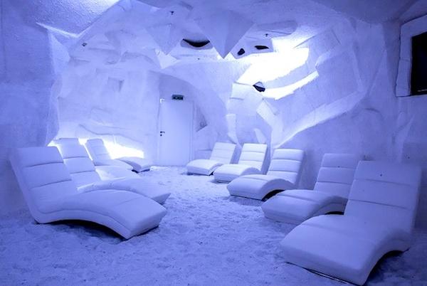 Sóbarlang kényelmes fekvőfotelekkel.