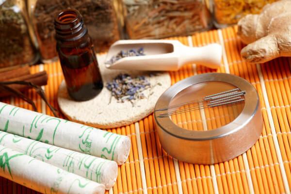 A kínai orvoslás eszközei: akupukntúrás tűk, gyógynövéyek, illóolajok.