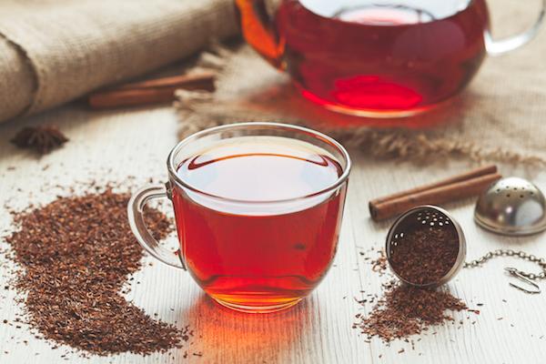 Rooibos tea, azaz afrikai vörös tea üvegpohárban.