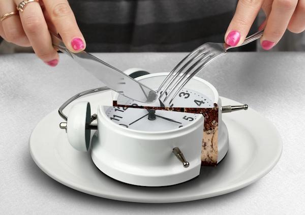Kistányéron egy vekkeróra, melyet késsel és villával szeletel fel egy hölgy.