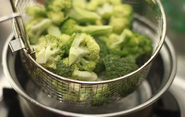 Brokkolirózsák párolóedényben.