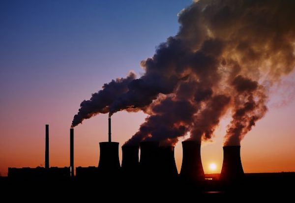 Gyárakból kiömlő környezetszennyező füst.