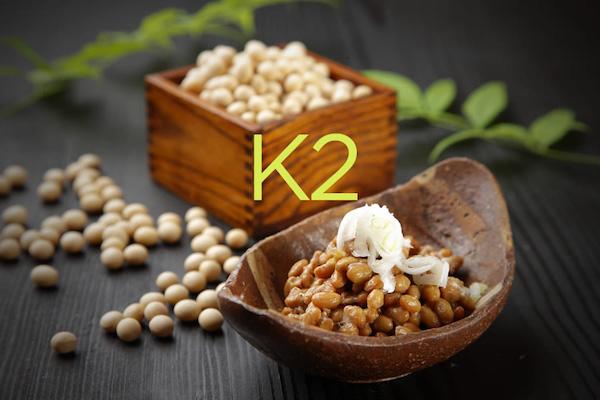 K2-vitamint tartalmazó hüvelyesek kis tálakban.