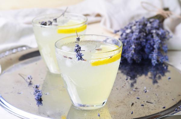Levendulavirágos limonádé citromkarikával, jégkockákkal.