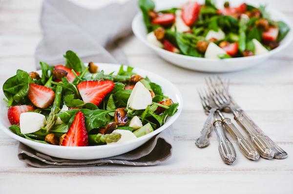 Spenót, gomba, mozarella, spárga és eper – egy egészséges saláta összetevői.
