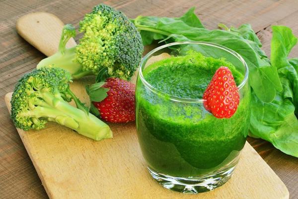 Sok konezim-q10-et tartalmazó élelmiszerek együtt zöldturmixban: spenót, brokkoli, eper.