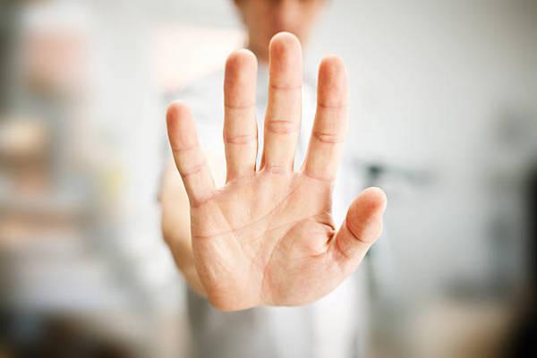 Egy férif keze megálljt mutat.