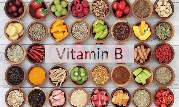 B-vitamint tartalmazó élelmiszerek egymás melletti kis tálakban.
