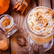 Őszi, szívet is melengető italok: kurkumatea és tökfűszeres latte