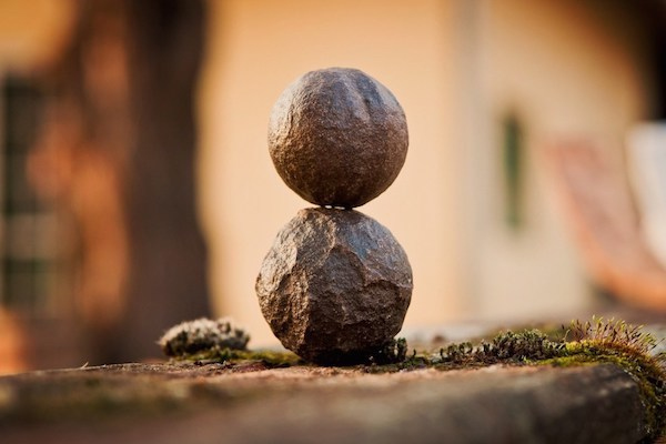 Két gömb alakú kő egymáson.