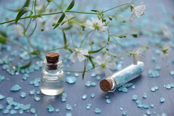 Fürdősó és aromaterápiás olaj kis üvegben.