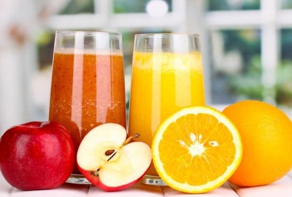 Frissen facsart gyümölcslevek almából és narancsból.