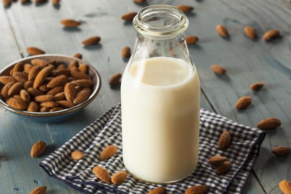 Mandula és a belőle készült tej kis üvegben.