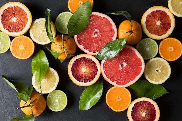 Különféle citrusfélék egymás mellett félbevágva.