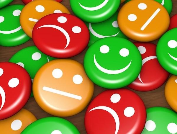 Műanyag kerek lapok különféle emojikkal, legtöbbnek lefelé konyul a szája.