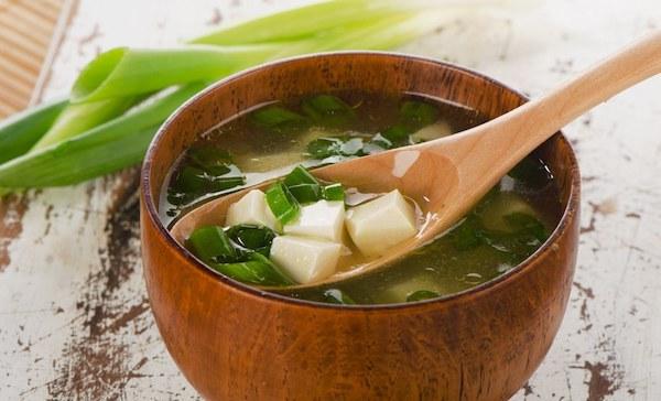 Japán miso leves kis bambusztálban.