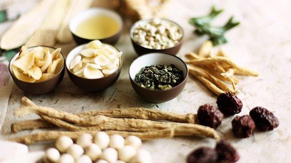 Különféle kínai gyógynövények az asztalon.