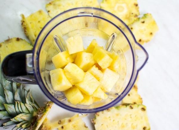 Egészséges turmixital igazi ananászkockákból.