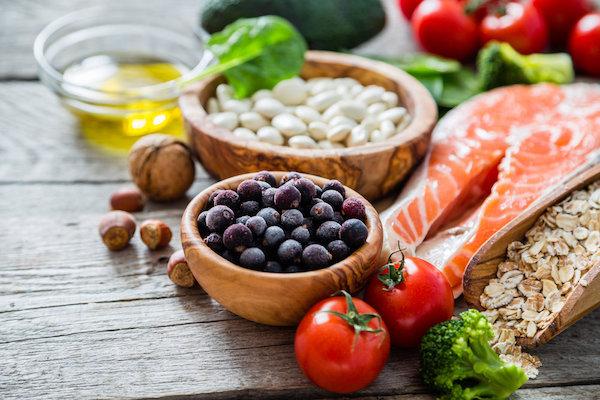 A szív egészségére jó hatással lévő táplálékok: lazac, áfonya, paradicsom, dió, bab, olívaolaj, zabpehely.