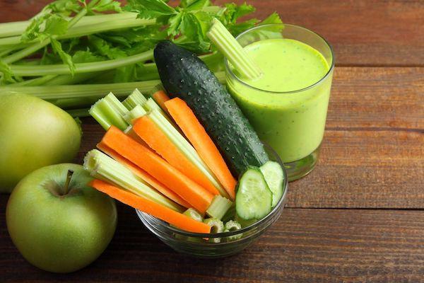 Méregtelenítő turmixital hozzávalói: uborka, répa, zeller, alma.