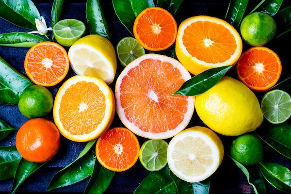 Citrusfélék félbevágva: citrom, mandarin,narancs, grépfrút és lime.