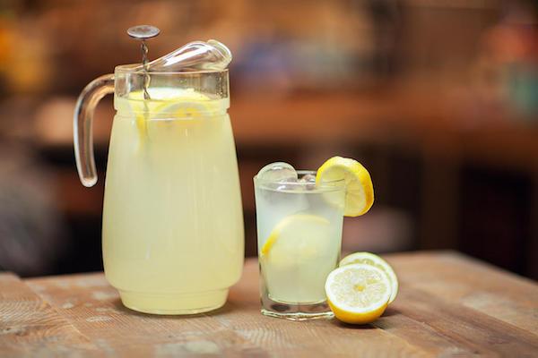 Friss limonádé nagy kancsóban és pohárban.