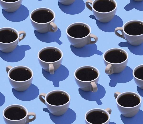 Nagyon sok feketekávé egyforma csészékben.