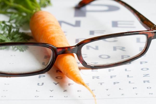 Betűtáblán egy sárgarépa, rajta egy szemüveg.