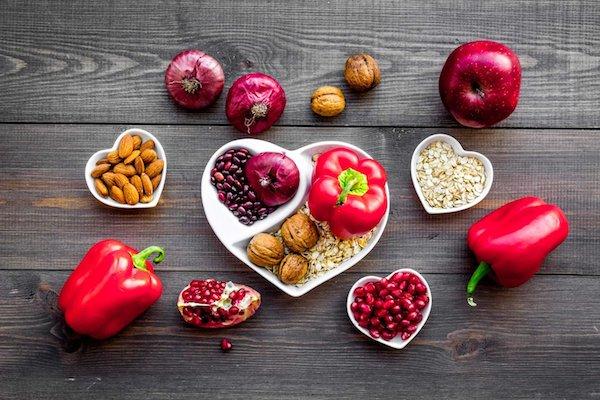 Szív alakú tálakban mindenféle zöldségek és gyümölcsök.